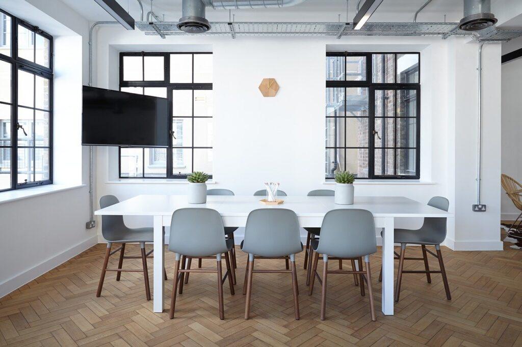 Perusteellinen toimistosiivous kannattaa teettää silloin, kun työntekijät lomailevat.